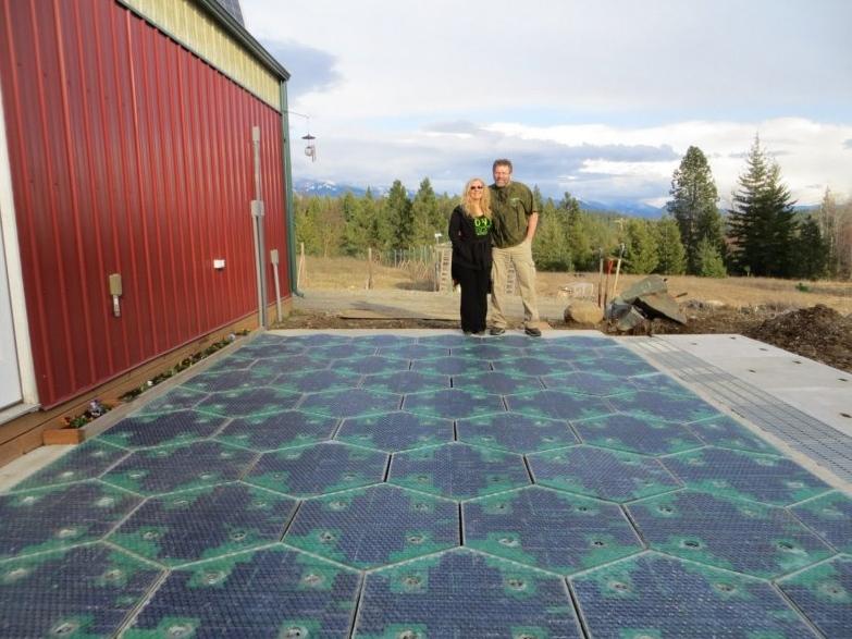 道路にソーラーパネルを埋め込んで発電!斬新プロジェクトに関心高く