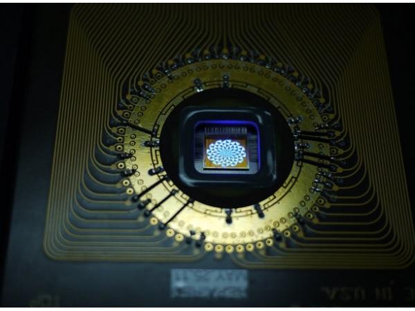 スマホ画面で三次元立体ホログラム!超小型化のプロジェクタ技術