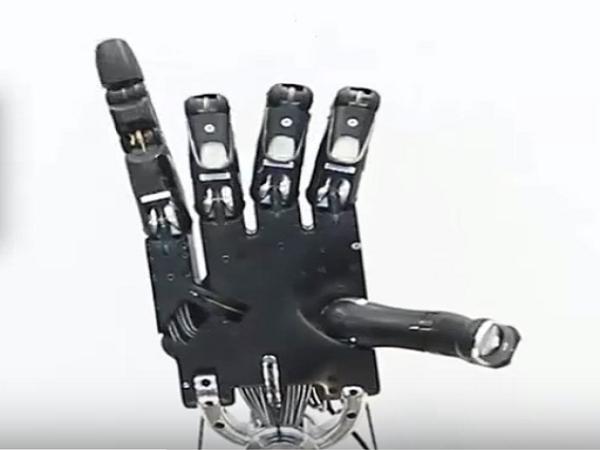 University of Wahington five fingered robot 02