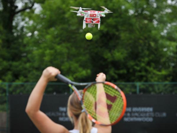 ドローン型ボールマシン「Drone-ovic」の利用イメージ