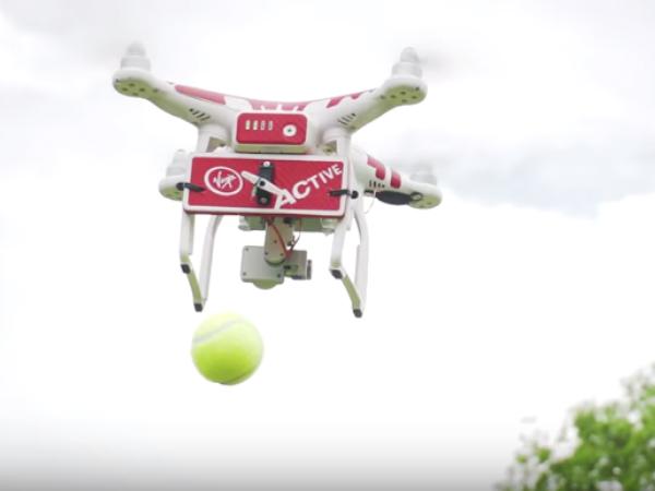 「Drone ovic」が上空から球出しする様子