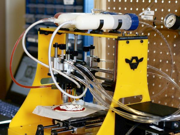 ピザ専用3Dプリンターがピザを出力する様子