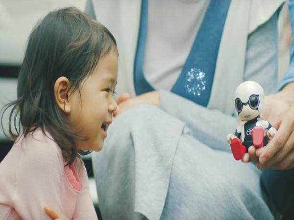 トヨタが開発した人の感情を読み取る手乗りサイズのロボット「Kirobo mini」が登場
