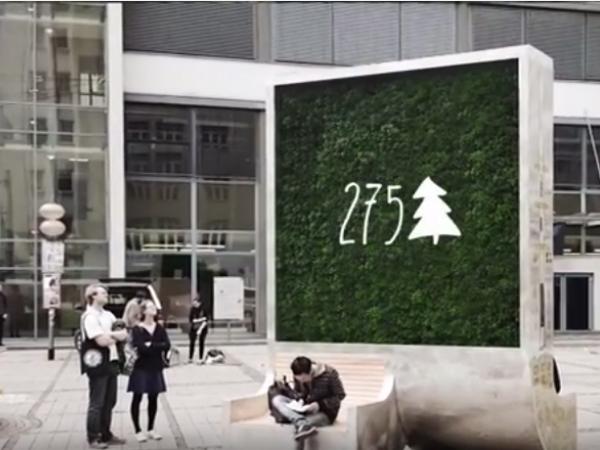 コケの壁で大気を浄化する「CityTree」
