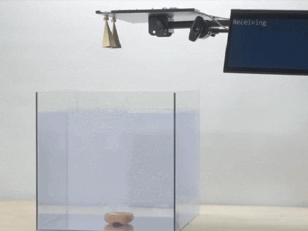 MIT Media Labが水中からの信号を水面で変換するシームレスな通信システムを開発!