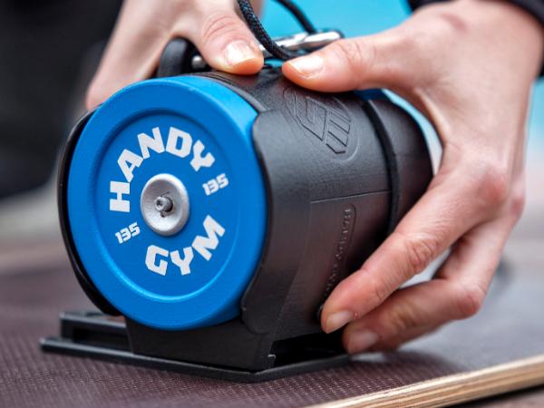 コンパクトなのに200種類以上のトレーニングがこなせる!慣性を利用した筋トレデバイス「Handy Gym」