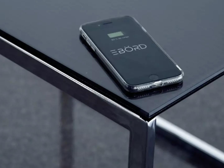 太陽光や照明で発電してデバイス類をワイヤレス充電するテーブル「EBÖRD」が画期的!