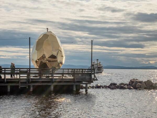 キラキラ輝く巨大な卵のようなサウナが、今夏スウェーデンのリゾート地に出現中
