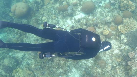 リュクサックのように背負う水中スクーター「SubCruiser」で新しい水中探検を