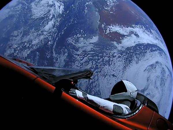スターマンが乗るテスラ・ロードスター、557日かけて太陽の周りを周回完了!