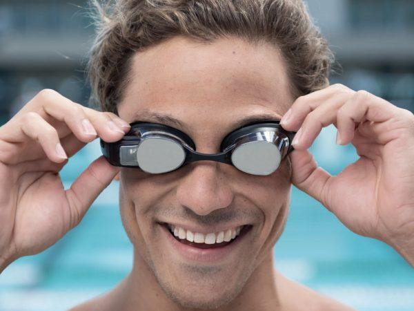 泳ぎのデータがリアルタイムに分かる! FORMの水泳ゴーグルはディスプレイ搭載 | Techable(テッカブル)