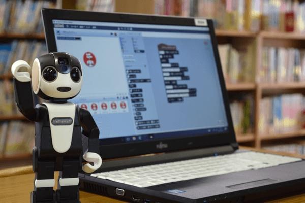 コミュニケーションロボ「ロボホン」を活用!シャープが法人向け「AI教育パック」を発売