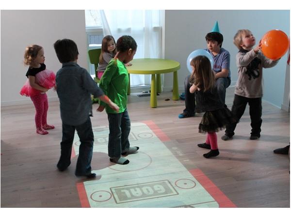 床がゲーム空間に!体を動かして遊べる、インタラクティブなプロジェクターが面白そう