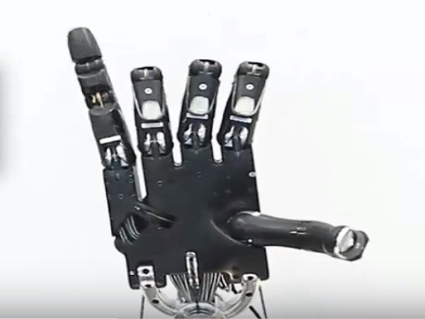 University of Wahington five fingered robot 02