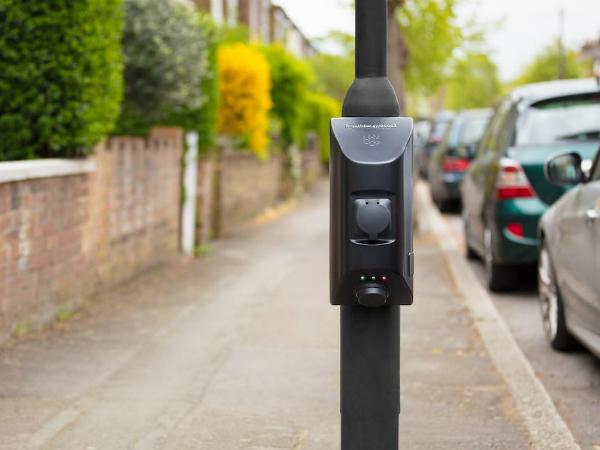 既設の街路灯柱に設置できるEV用充電スタンド「Char.gy」